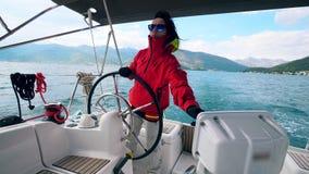 El barco de navegación está siendo manejado por una mujer almacen de video