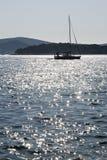 El barco de navegación navega en un mar tranquilo Foto de archivo