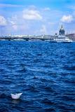 El barco de papel que flota en el río, barco de papel en el fondo de la catedral del ` s del St Isaac, el barco blanco flota en l Imágenes de archivo libres de regalías