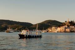 El barco de pasajero en el fondo de la isla de Poros Gre Imagen de archivo libre de regalías