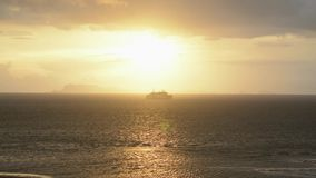 El barco de pasajero en el mar corre a través al samui de la KOH durante puesta del sol entre la lluvia almacen de video