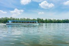 El barco de pasajero para el turista en la bahía de Phang Nga Foto de archivo libre de regalías