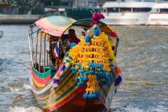 El barco de pasajero tailandés tradicional adornó con las flores brillantes Imagenes de archivo