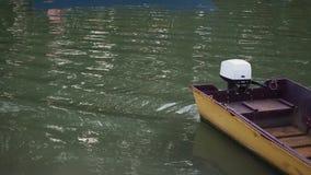 El barco de pesca amarillo con el motor externo metrajes