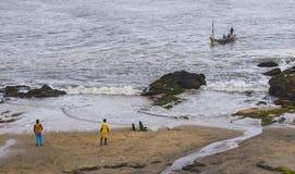 El barco de pesca cerca del océano costea en Ghana (las Áfricas occidentales) Imagen de archivo libre de regalías