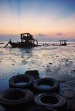 El barco de pesca del abandono en la orilla Imagenes de archivo