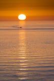 El barco de pesca dirige a casa a finales del día en la Florida Foto de archivo