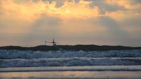 El barco de pesca en el mar en tiempo de la salida del sol de m en el sombrero Chao Samran vara almacen de metraje de vídeo