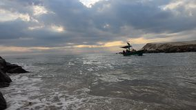 El barco de pesca en el mar en tiempo de la salida del sol de m en el sombrero Chao Samran vara almacen de video