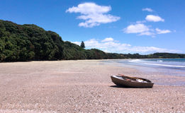 El barco de pesca en una playa arenosa durante vacaciones de verano vacation Fotos de archivo