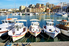 El barco de pesca griego tradicional es embarcadero cercano Imagen de archivo libre de regalías