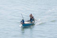 El barco de pesca hacia fuera está pescando Fotos de archivo