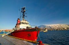 El barco de pesca noruego parqueó en un puerto en Tromso, ciudad en Noruega septentrional Imagen de archivo libre de regalías