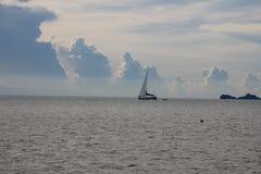 El barco de pesca que vuelve al puerto después del ` s del día coge Imagen de archivo libre de regalías