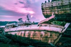 El barco de pesca quebrado se fue abandonado en la tierra cerca del puerto Foto de archivo