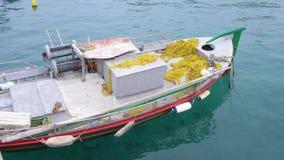 El barco de pesca se coloca en el embarcadero en agua clara Barco de pesca 4K metrajes