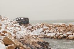 El barco de pesca trenzado en la orilla después de un invierno asalta Imagen de archivo