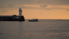 El barco de pesca vuelve al puerto por la tarde metrajes