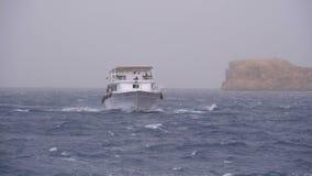 El barco de placer con los turistas est? navegando en el mar de tormenta en el fondo de rocas Egipto metrajes