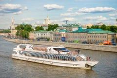 El barco de placer flota en el Moscú-río Foto de archivo