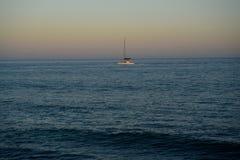 El barco de vela bajo poder le hace manera de abrigarse Foto de archivo