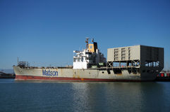 El barco del envío de Matson es descargado por las grúas en el puerto de Oakland Foto de archivo libre de regalías