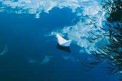 El barco del Libro Blanco en el lago azul brillante con las nubes reflejó en él Fotos de archivo libres de regalías