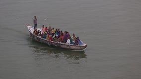 El barco del peregrino en el río Ganges