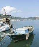 El barco del pescador pobre en Fethiye Harbout, Turquía Foto de archivo