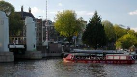 El barco del viaje de Amsterdam cruza Oosterdok metrajes