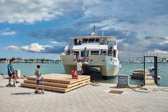 El barco del viaje llega el embarcadero de Alcudia fotografía de archivo