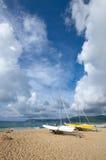 El barco dos atracó en la playa Foto de archivo libre de regalías