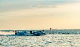 El barco dos F5 con el cielo hermoso y el mar en Bangsaen accionan el barco 2017 en la playa de Bangsaen en Tailandia Fotografía de archivo libre de regalías