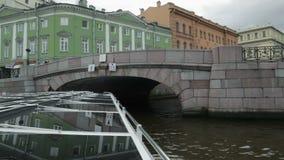 El barco editorial- pasa a través del canal en el centro StPetersburg, el riverbus metrajes
