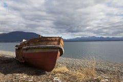 El barco ejecuta encallado en una playa en el lago del fagnano fotos de archivo libres de regalías