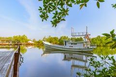 El barco en el agua imagen de archivo