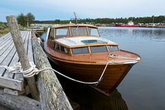 El barco en el ancla adentro trama nuevamente el embarcadero Fotografía de archivo libre de regalías