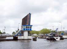 El barco en el canal de Leeuwarden inscribe el puente levadizo abierto en el holandés favorable Fotografía de archivo libre de regalías