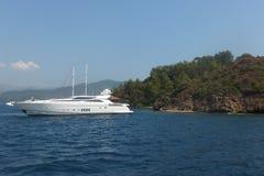 El barco en el mar cerca de la isla egeo Fotografía de archivo