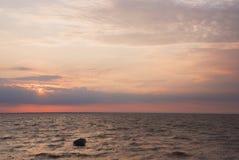 El barco en el mar en la puesta del sol Imagen de archivo