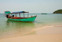 Barco en costa Imagenes de archivo