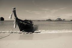 El barco en la playa Foto de archivo libre de regalías