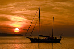 El barco en la puesta del sol Foto de archivo