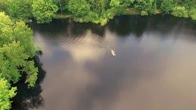 El barco en el lago almacen de metraje de vídeo