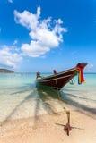 El barco en una playa con el cielo azul Foto de archivo libre de regalías