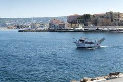 El barco entra en el puerto de la ciudad La isla de Crete fotos de archivo libres de regalías