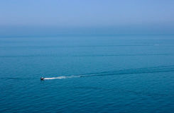 El barco está en el mar, caminando por el mar, viaje del barco Fotos de archivo
