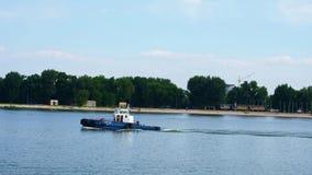 El barco está en el río en la ciudad almacen de video