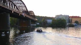 El barco está flotando a lo largo del río a lo largo del bridg almacen de metraje de vídeo