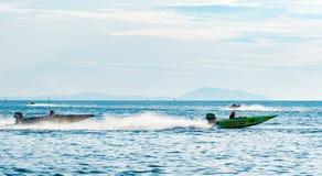 El barco F4 con el chapoteo del agua y el cielo hermoso y el mar en Bangsaen accionan el barco 2017 en la playa de Bangsaen en Ta Fotos de archivo libres de regalías